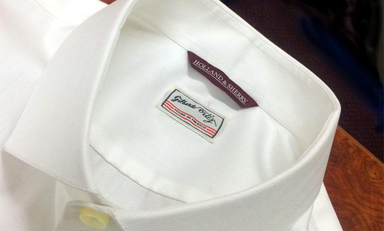 Etiqueta en camisa de sastre Gilberto Ortiz