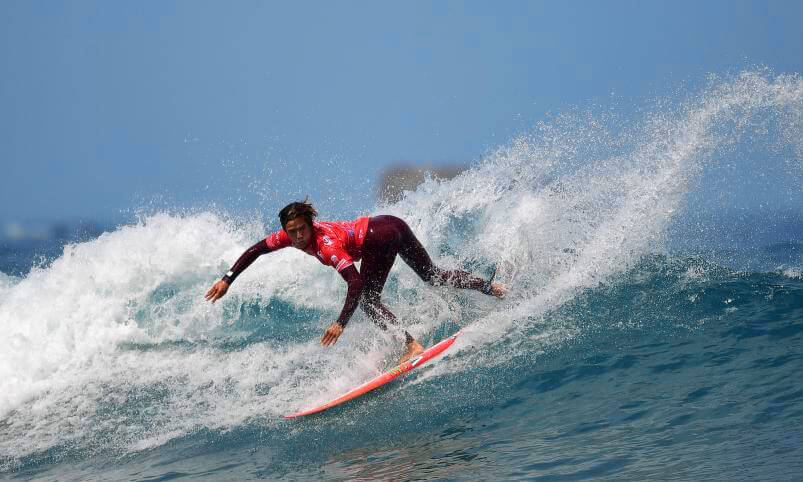 Jhony Corzo compitiendo en ISA World Surfing Games