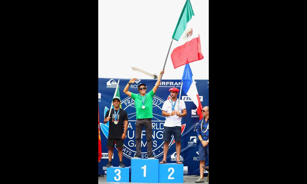 Jhony Corzo en pódium medalla de oro en surf para México
