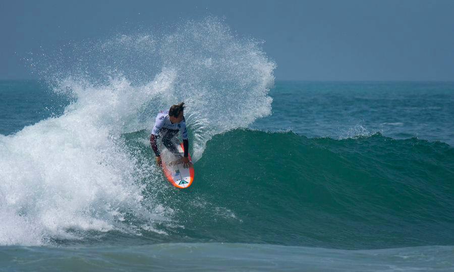 Jhony Corzo en semifinales de ISA World Surfing Games