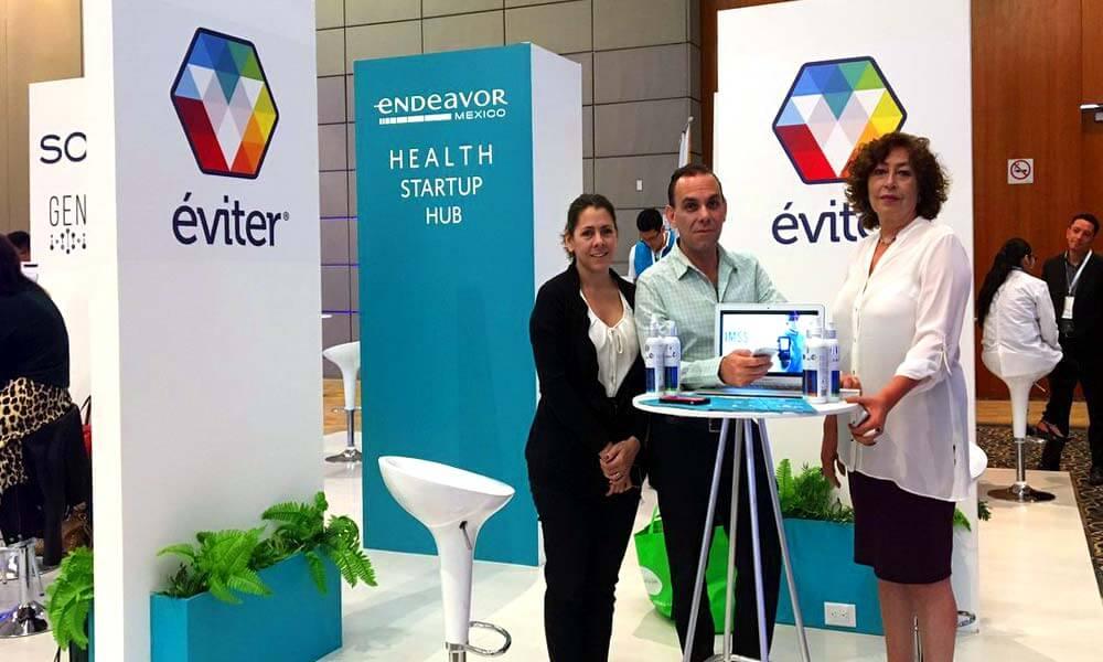 Sergio León Gutiérrez mostrando Éviter en Olimpiadas de Innovación