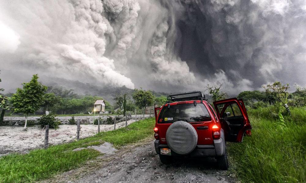 Sergio Tapira tomando fotografía del Volcán Colima