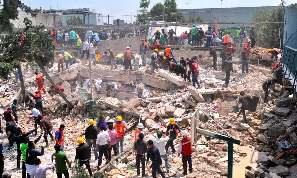 Civiles y rescatistas buscando personas con vida bajo los escombros