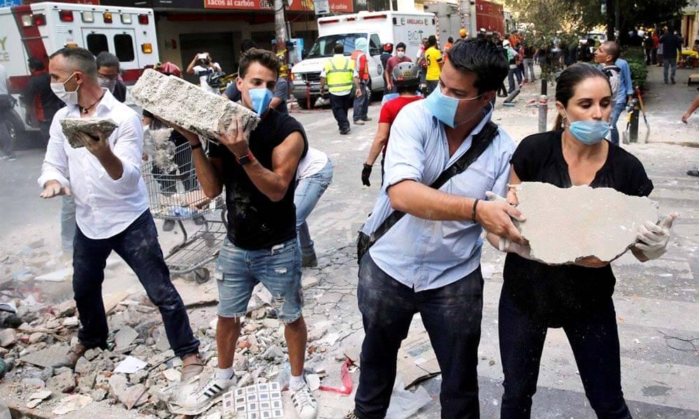 Cadenas humanas ayudando a quitar escombros