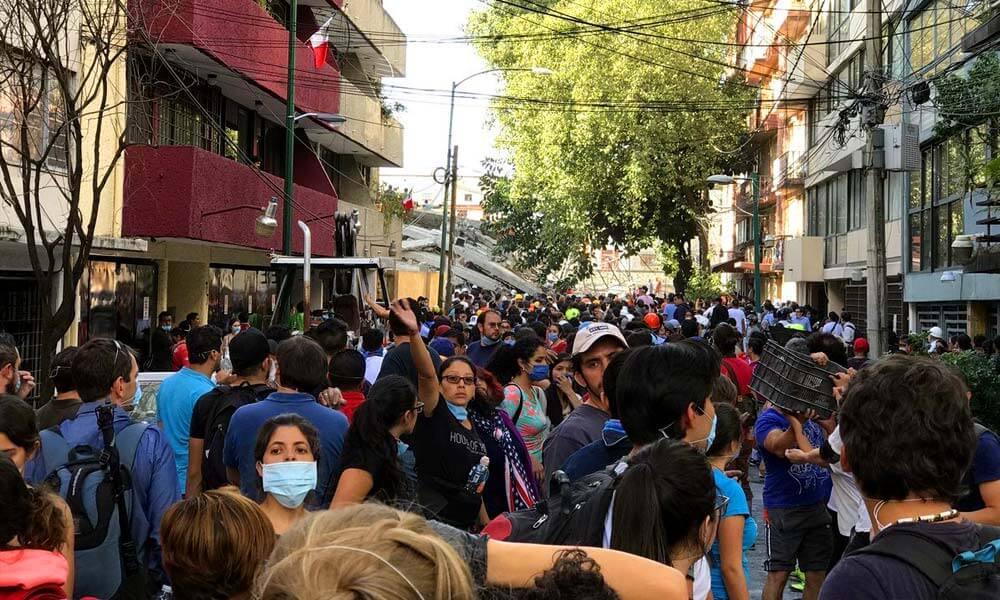 Vecinos organizando labores de ayuda después del temblor en Ciudad de México