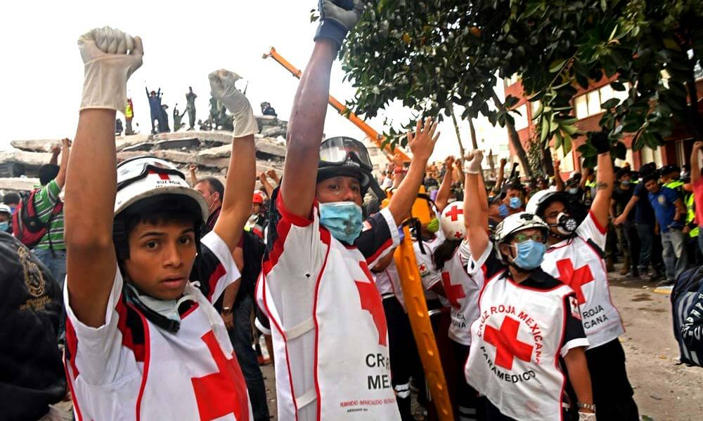 Cruz Roja solicitando silencio para escuchar personas con vida