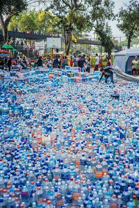 Donación de botellas de agua para damnificados de Ciudad de México