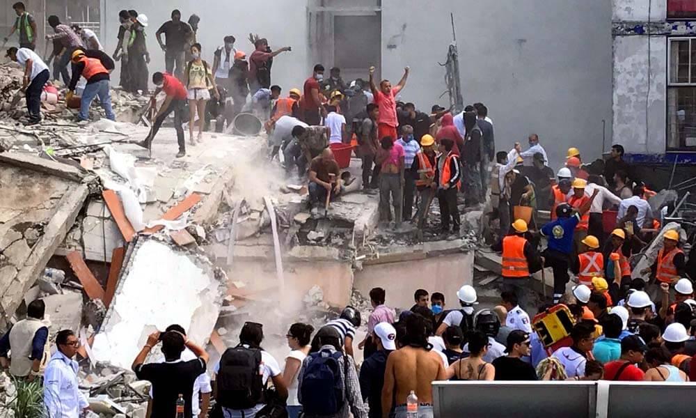 Voluntarios y rescatistas organizados para quitar escombros
