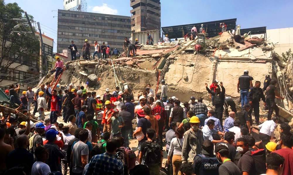 Quitando escombros después del derrumbe de estructuras