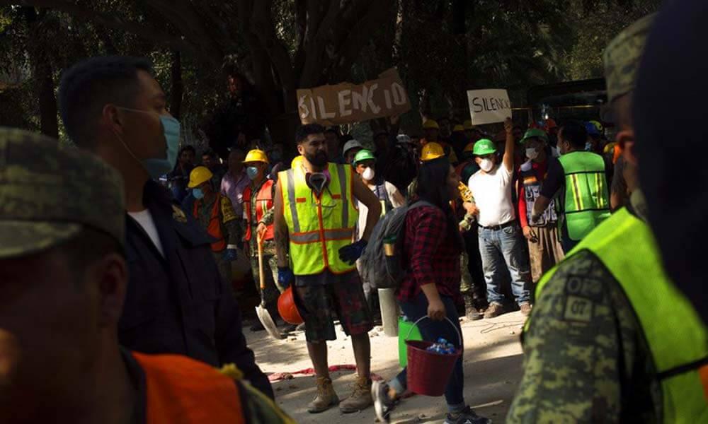 Voluntarios, rescatistas y militares solicitan silencio durante sismo en la Ciudad de México
