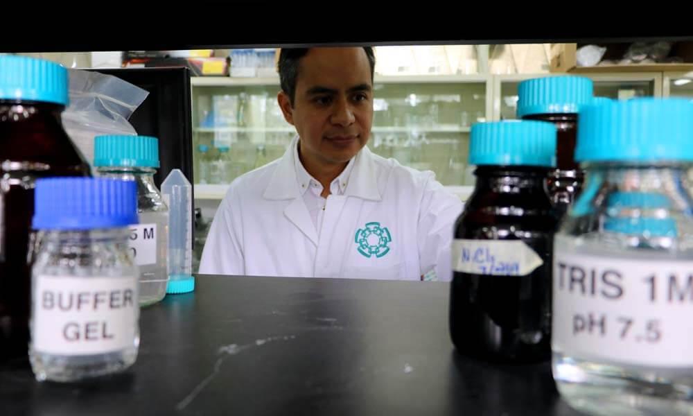 Dr. Edgar Morales Ríos en el laboratorio del CINVESTAV