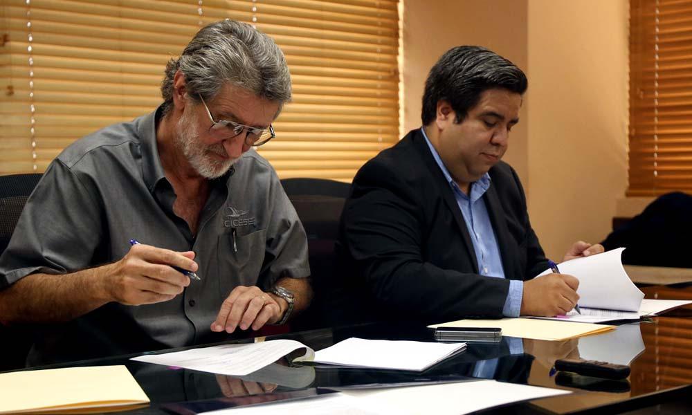 Guido Marinone Moschetto firmando licenciamiento con José Luis Nuño Ayala