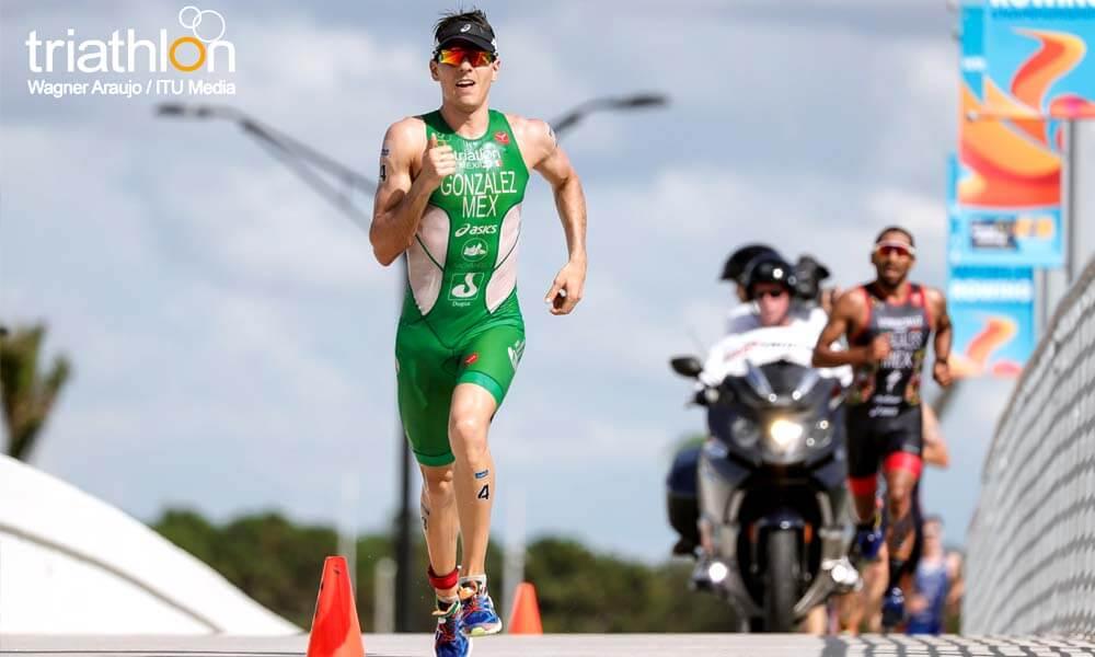 Rodrigo González compitiendo en Copa Mundial de Triatlón en Sarasota, Florida