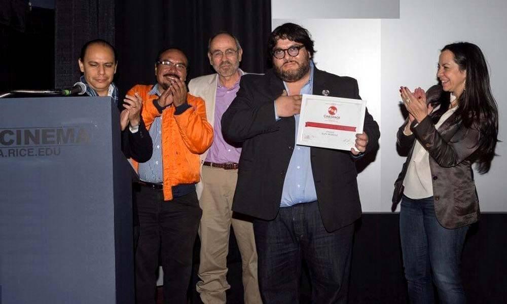 """Alex Moreno, director mexicano de """"Apizaco"""" recibiendo premio de CineSpace 2017"""