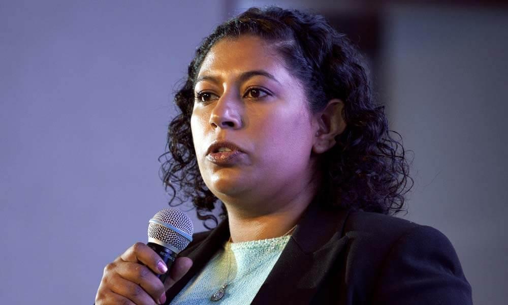 Ana Gabriela Gallardo detallando el páncreas artificial en el Technology Review del MIT