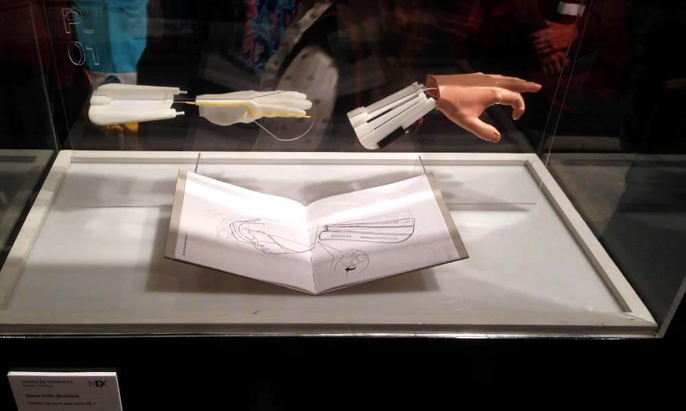Prótesis mecánica parcial de mano diseñada por David Ortiz Quintero
