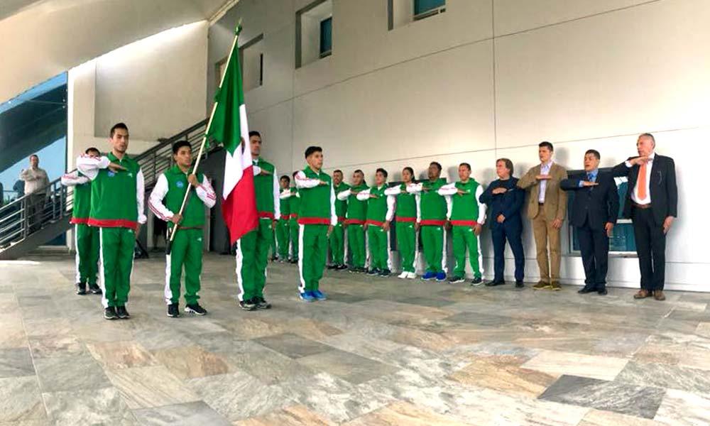 Selección mexicana abanderada por el subdirector de la CONADE, Pedro Luis Benítez Vélez