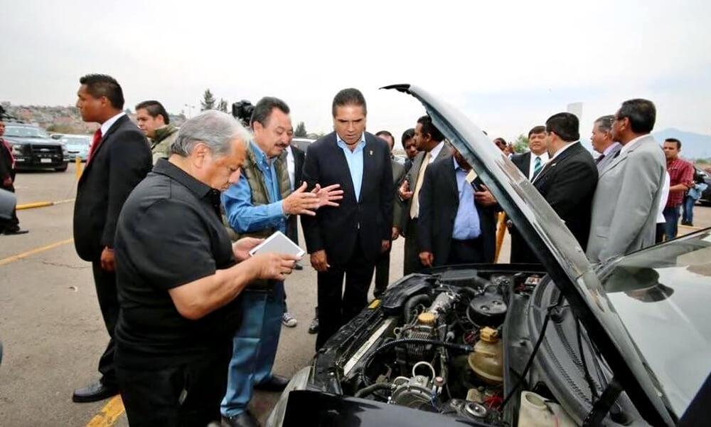 Silvano Aureoles Conejo, gobernador de Michoacán en demostración de biogás de nopal para vehículos