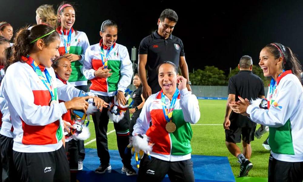Charlyn Corral celebrando medalla de oro como bicampeona de goleo en Barranquilla 2018