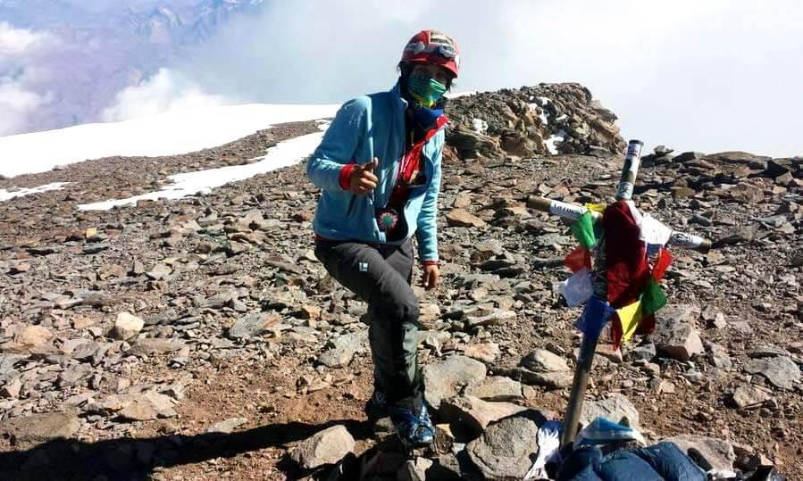 Mariana Torres, alpinista mexicana con asma, llega a la cima del Aconcagua