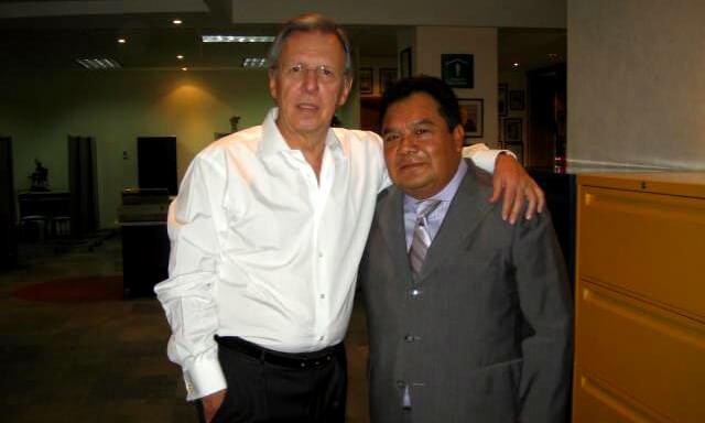 Sastre Gilberto Ortiz con su cliente Joaquín López Dóriga